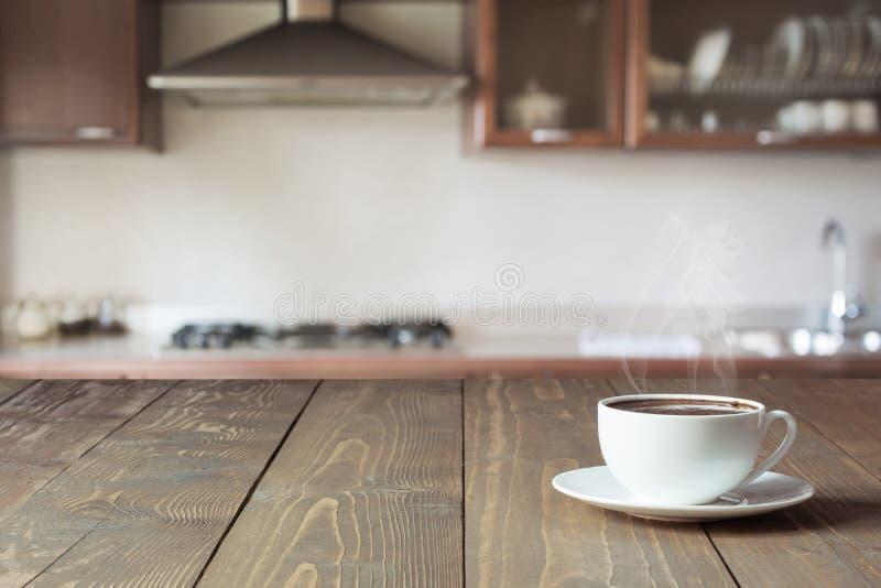 Copo do café preto no tabletop de madeira na cozinha moderna borrada Fim acima indoor fotos de stock royalty free