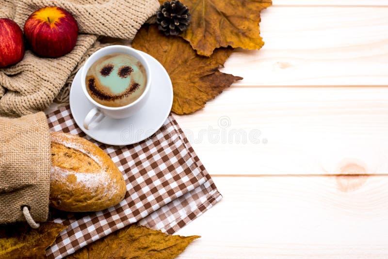 Copo do café quente com brinde para a bebida morna da estação do outono Cornucópia da colheita da queda fotos de stock