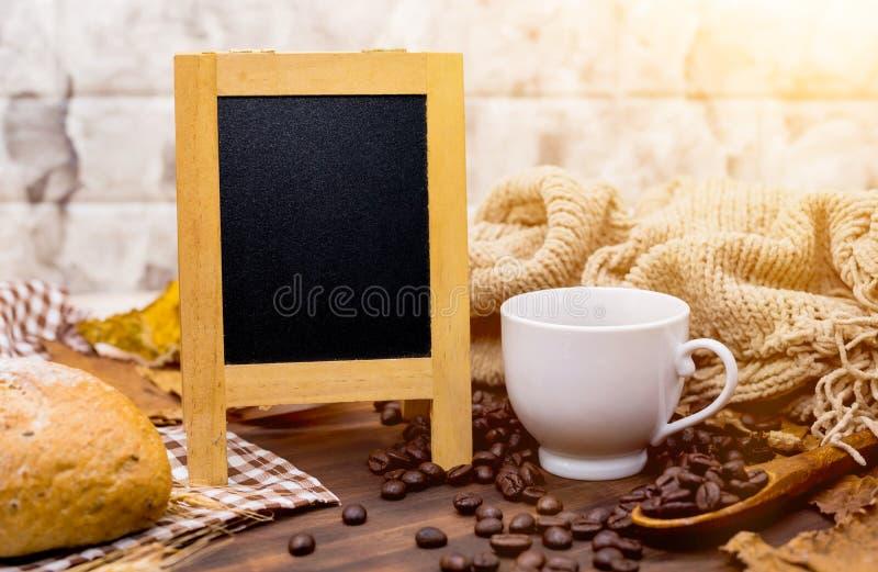 Copo do café quente com placa vazia na estação do outono fotografia de stock