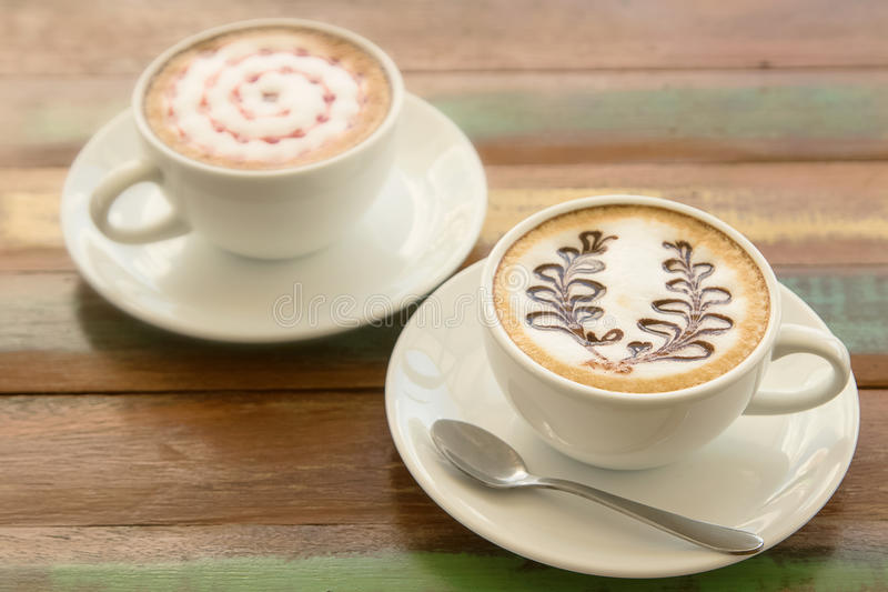 Copo do café quente da arte do latte foto de stock