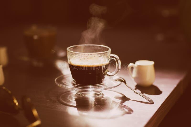 Copo do café quente na tabela imagens de stock