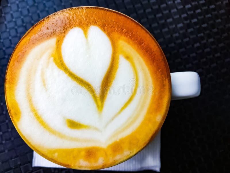 Copo do cappuccino do café da manhã na tabela fotos de stock royalty free