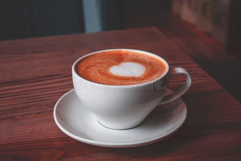 Copo do cappuccino com arte do amor imagem de stock