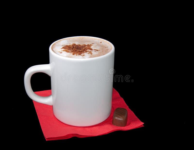 Copo do cappuccino com microplaquetas de chocolate foto de stock