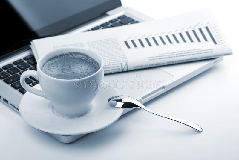 Download Copo Do Cappuccino Com Portátil E Jornal Foto de Stock - Imagem de chave, espresso: 16860656