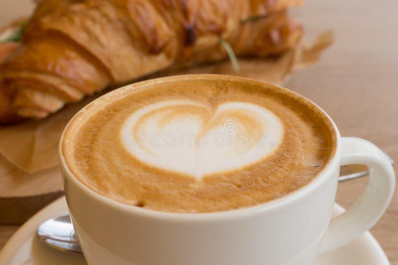 Copo do cappuccino e do croissant fotografia de stock royalty free