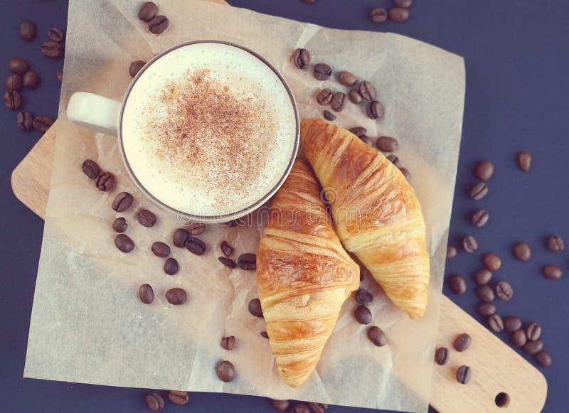 Copo do cappuccino e do croissant fotos de stock royalty free