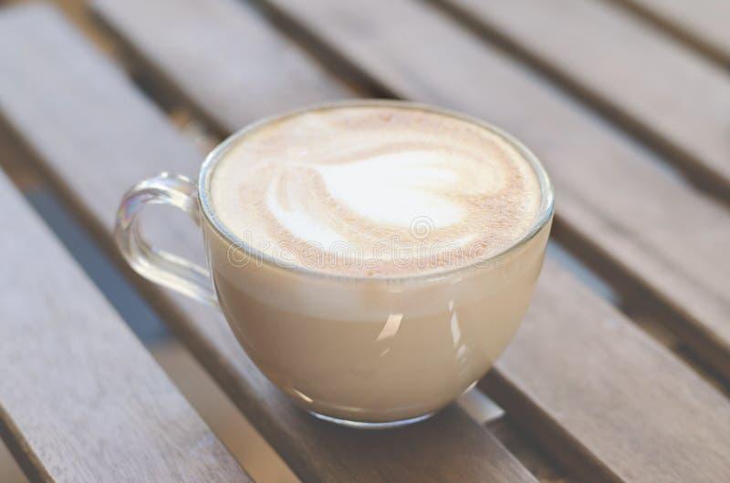 Copo do cappuccino em uma tabela de madeira foto de stock