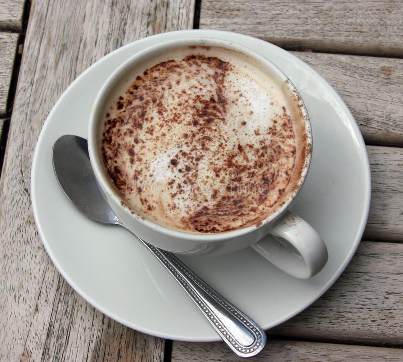 Copo do Cappuccino na tabela de madeira do slat fotos de stock royalty free