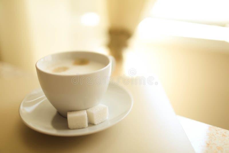 Copo do cappuccino na tabela, fundo da cafetaria Textura de mármore imagens de stock