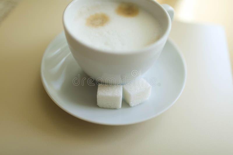 Copo do cappuccino na tabela, fundo da cafetaria Textura de mármore foto de stock royalty free