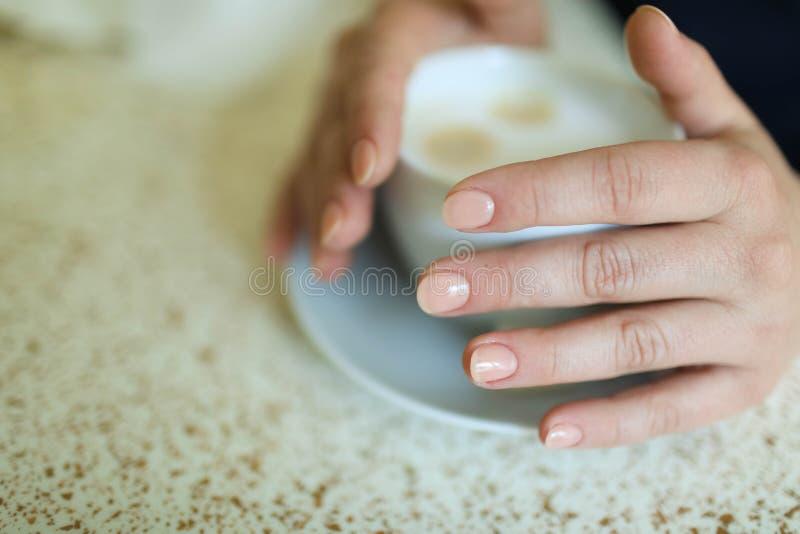 Copo do cappuccino na tabela, fundo da cafetaria Textura de mármore imagem de stock royalty free