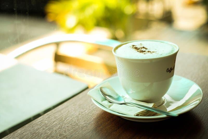 Copo do cappuccino ou do latte quente do café fotografia de stock
