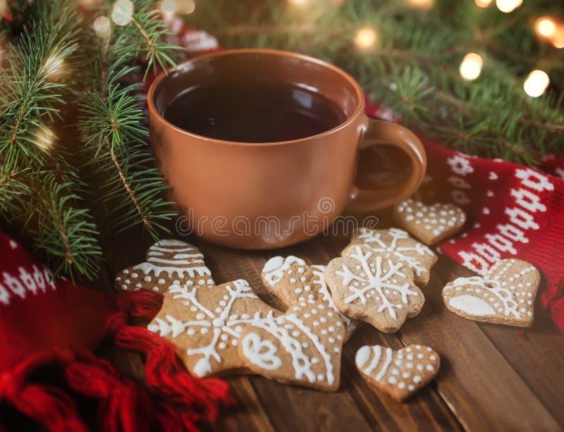Copo do chá com doçura do Natal foto de stock