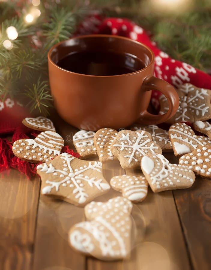 Copo do chá com doçura do Natal imagens de stock royalty free