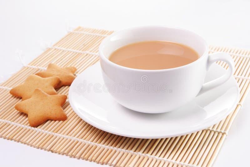 Copo do chá com leite imagem de stock
