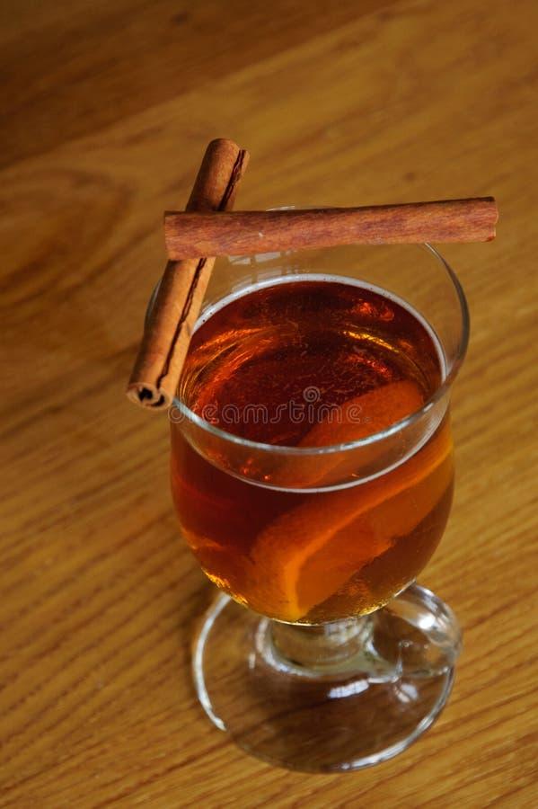 Copo do chá com limão e canela fotografia de stock royalty free