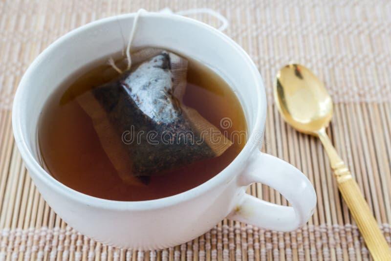Copo do chá com saco de chá foto de stock