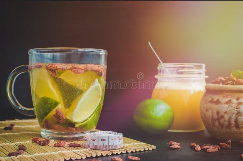 Copo do chá dietético delicioso da baga de Goji foto de stock royalty free