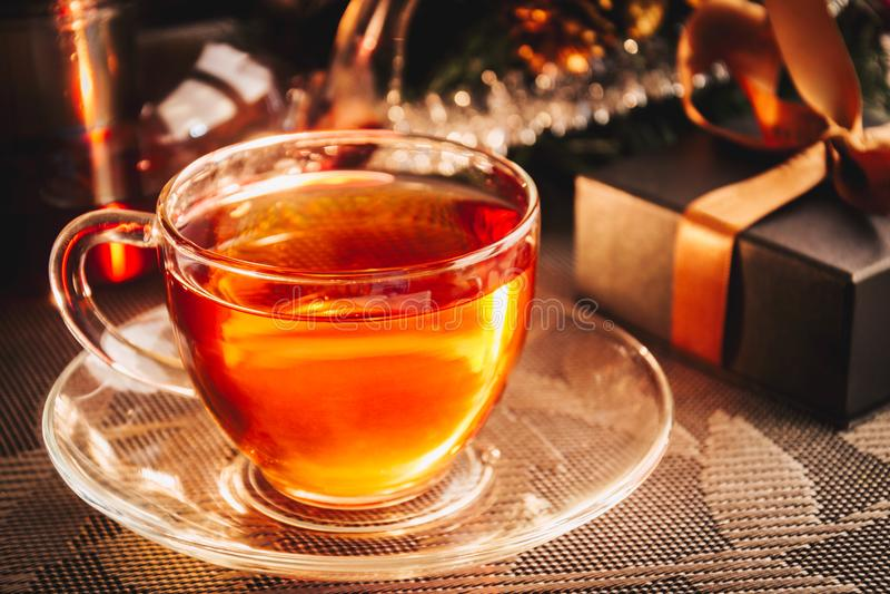 Copo do chá e da caixa de presente imagem de stock royalty free