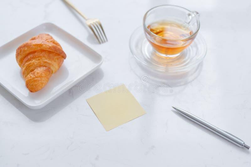 Copo do chá e da sobremesa na manhã, tempo de relaxamento fotografia de stock royalty free