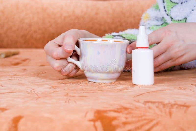Copo do chá e de um pulverizador nasal