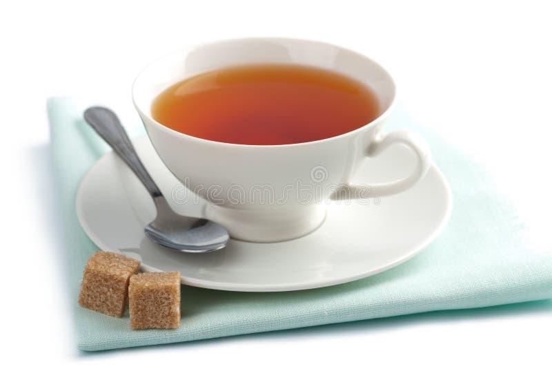 Copo do chá e do açúcar marrom isolados fotos de stock royalty free