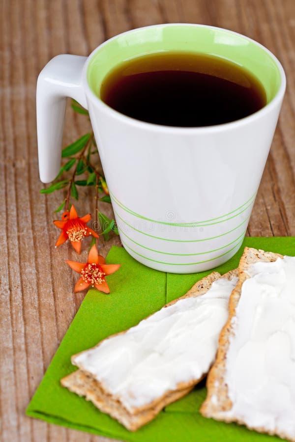 Copo do chá e dos biscoitos com creme fotografia de stock royalty free