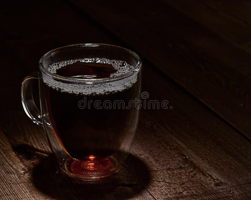Copo do chá na iluminação temperamental fotos de stock