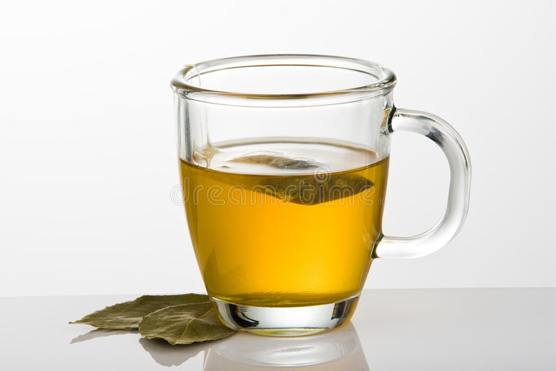 Copo do chá verde com folhas foto de stock royalty free