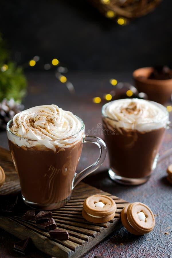 Copo do chocolate quente com chantiliy na decoração da parte superior e do inverno Bebida tradicional por feriados do outono ou d imagens de stock
