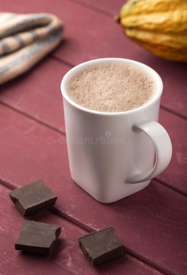 Copo do chocolate quente com fruto do cacau - cacau do Theobroma Fundo de madeira fotos de stock