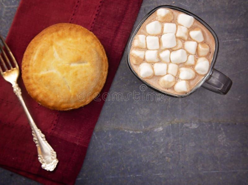 Copo do chocolate quente com marshmallows e uma torta enchida fruto fotografia de stock royalty free