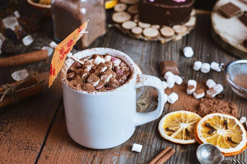 Copo do chocolate quente com os marshmallows polvilhados com o cacau foto de stock