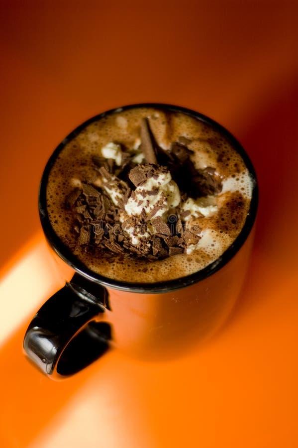 Copo do chocolate quente no fundo alaranjado vibrante fotos de stock royalty free