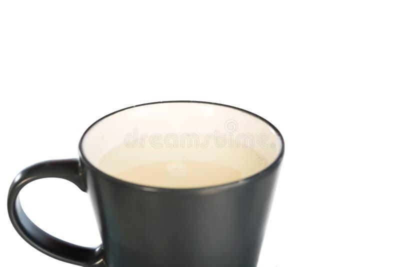 Copo do leite no copo cerâmico cinzento fotografia de stock
