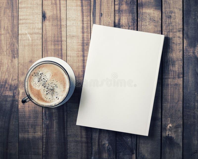 Copo do livro e de café fotos de stock