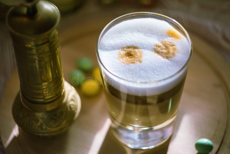 Copo do macchiato do latte do café foto de stock