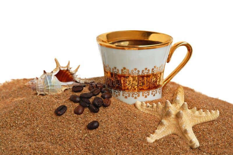 Copo do ouro com café imagem de stock royalty free