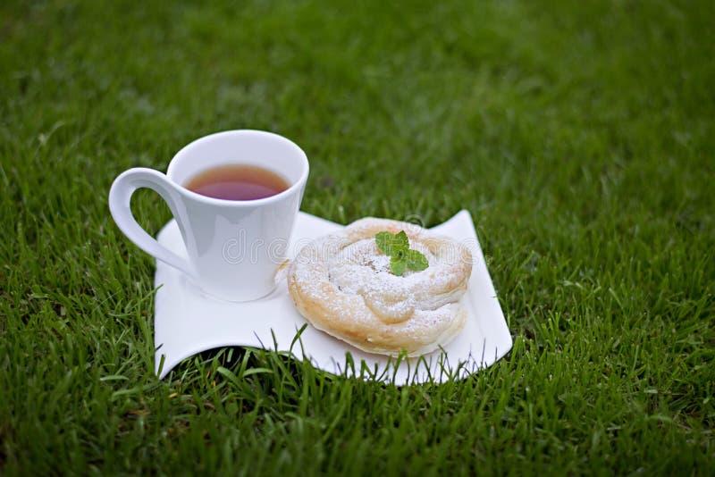 Copo do redemoinho do chá e da baunilha do grego fotos de stock