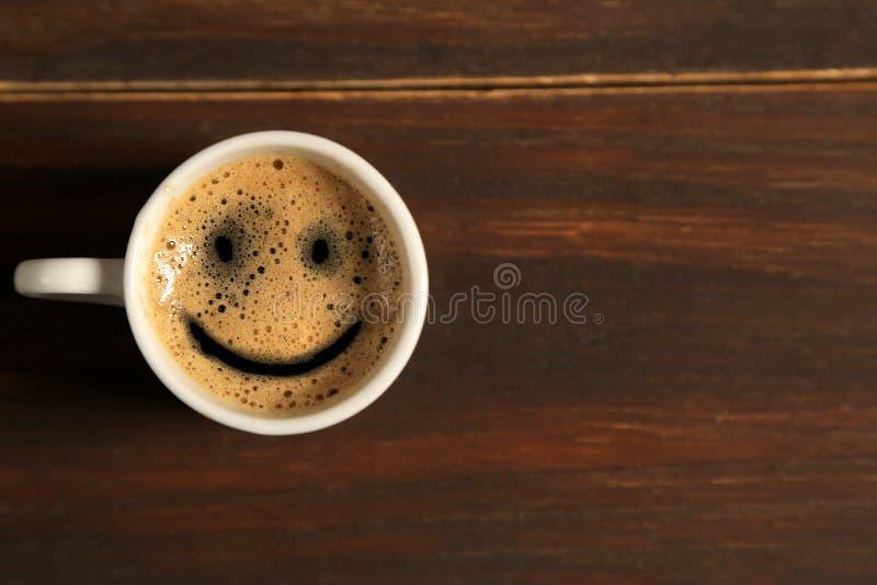 Copo do sorriso do café do bom dia no fundo de madeira imagem de stock
