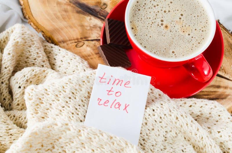 Copo do tempo do cappuccino e das notas relaxar imagens de stock