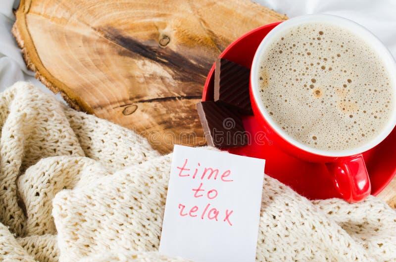 Copo do tempo do cappuccino e das notas relaxar fotos de stock