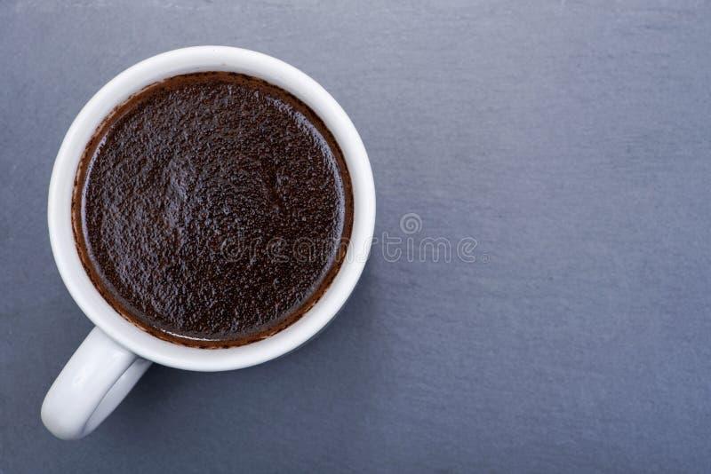 Copo do turco fabricado cerveja do café escuro médio liso orgânico do assado do feijão inteiro de Sumatra na pedra natural imagem de stock royalty free