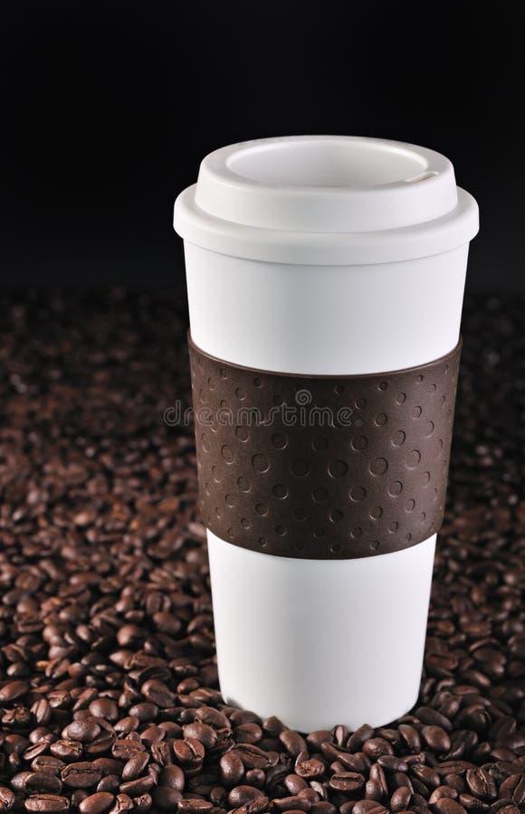 Copo do viajante de bilhete mensal em feijões de café. fotos de stock royalty free
