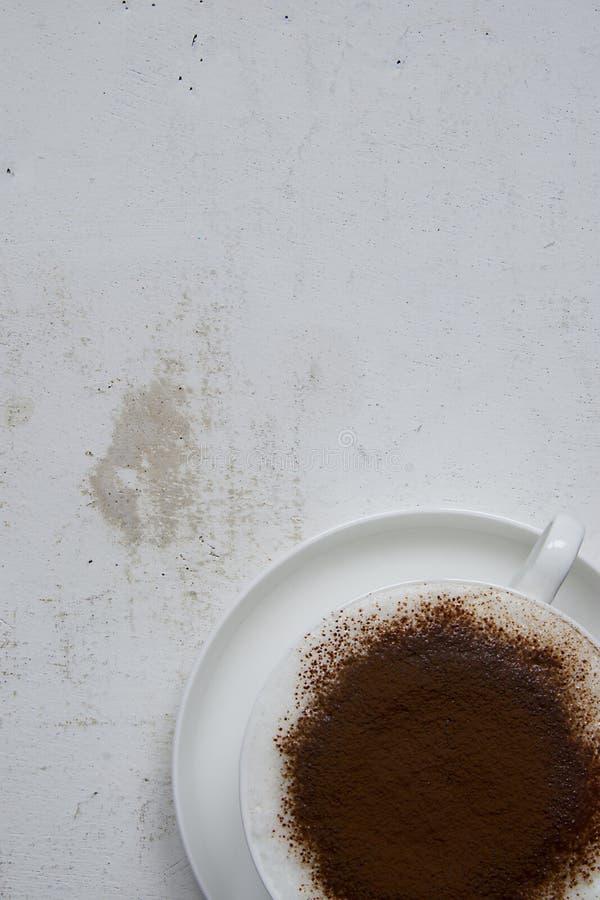 Copo do withcacao do cappuccino no fundo branco imagens de stock royalty free