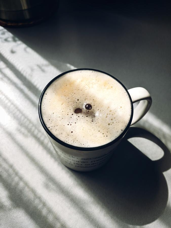 Copo dramático do cofee da manhã fotografia de stock royalty free