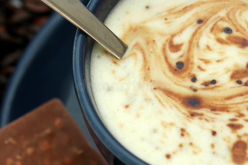 Copo e chocolate de café foto de stock