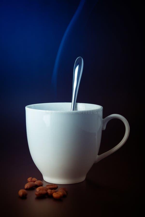 Copo e feijões de café foto de stock royalty free