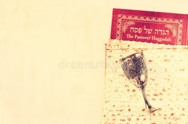 Copo e matzoh do vinho da placa da páscoa judaica fotografia de stock